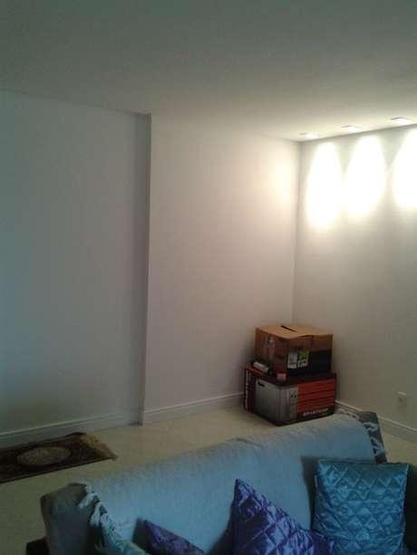 É naquela parede ali atrás com as luminárias que a Flora tem dúvidas sobre como colocar um espelho