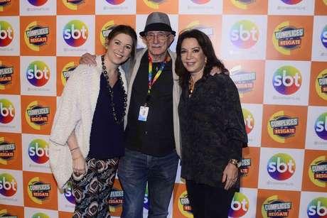 """Reynaldo Boury, diretor da novela, ao lado de Iris Abravanel (à dir.) e Daniela Beyruti, durante exibição do primeiro capítulo de """"Cúmplices de um Resgate"""", do SBT, na noite desta segunda-feira (3)"""