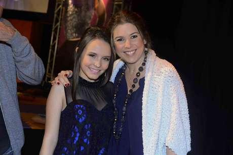 """Larissa Manoela posa ao lado de Daniela Beyruti durante exibição do primeiro capítulo da novela """"Cúmplices de um Resgate"""", do SBT, na noite desta segunda-feira (3)"""