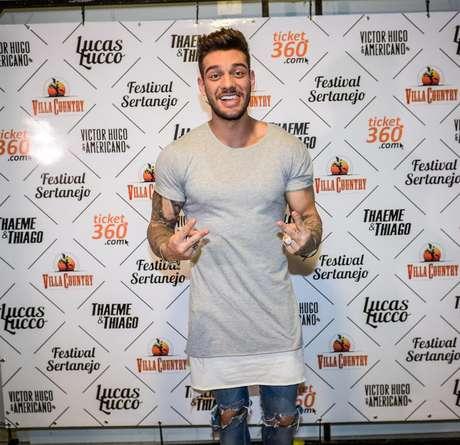 Lucas Lucco aposta na sobreposição de camisetas compridas em tons básicos, como o branco e o cinza, em look complementado por calça jeans: corpo tem de estar em ótima forma para apostar na tendência