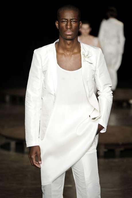 Em 2011, o estilista João Pimenta exibiu look para o verão 2012 com camiseta comprida, lembrando bata, combinada com paletó e calça