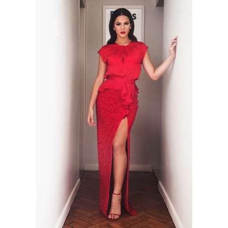 Carolina Herrera foi também a grife escolhida por Bruna para ir ao casamento de Preta Gil em maio deste ano. A saia com fenda matadora estava cotada em R$ 3910 e a blusa poderia custar até R$ 1,8 mil. Ou seja, o look vermelho saia por quase R$ 5,8 mil