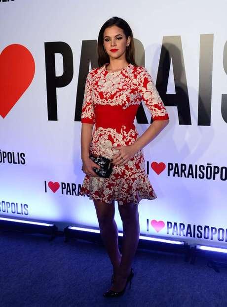 Dolce & Gabbana foi a grife escolhida pela atriz para ir à festa de I Love Paraisópolis em abril deste ano. O modelo vermelho com aplicação de renda branca e faixa na cintura custava 6.995 dólares no site da grife naquele mês. Em cotação atual, o valor chegaria a  R$ 24,3 mil