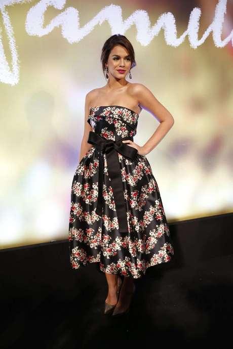 Na festa da novela Em Família, Bruna Marquezine foi de Dolce & Gabbana. Nos valores da época (fevereiro de 2014), o vestido romântico da grife custava R$ 24,8 mil, mas aí a atriz resolveu acrescentar o lacinho preto, que saía pelo módico preço de R$ 1,2 mil. O modelito, porém, a deixou com cara de mais os 18 anos que tinha na ocasião