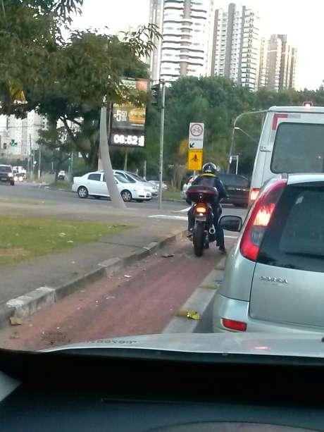 Motociclista invade ciclovia na zona leste de São Paulo