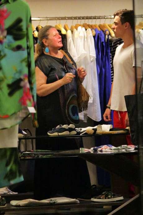 Vestido longos e largos tendem a ampliar a silhueta. Foi o que aconteceu com esse usado por Vera Fischer para ir ao shopping