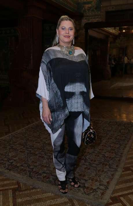 O conjunto de calça e túnica estilo caftã em preto e branco acabou ampliando a silhueta da atriz. E a culpa é exatamente da parte de cima do look, franzida e assimétrica