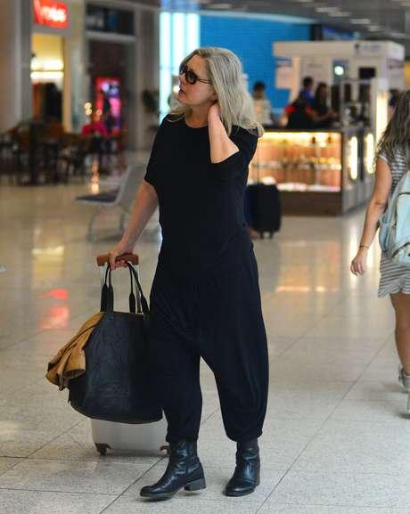 Pode ser confortável e ótima para viajar, mas a calça tipo saruel não sinônimo de elegância, viu Vera Fischer?