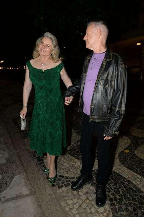 O vestido usado há alguns anos por Vera Fischer é bonito e ajuda a alongar, mas ela não precisar ter combinado com sapato da mesma cor. Um sandália poderosa ou escarpim nude teria mudado a história