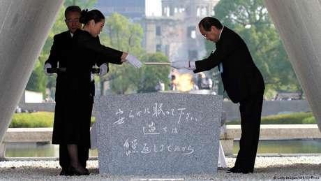 Autoridades japonesas, diplomatas internacionais e sobreviventes participaram de uma cerimônia que marcou os 70 anos do lançamento da primeira bomba nuclear