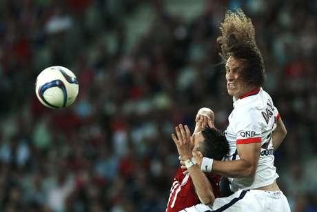 Mesmo com um a menos desde o primeiro tempo, time de David Luiz vence estreia