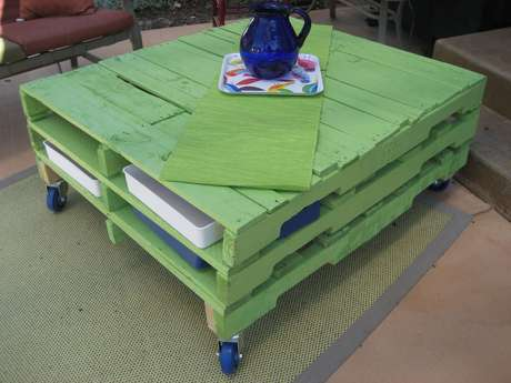 Mesa de pallets pintados de verde, proposta pela arquiteta Isabella Estrela
