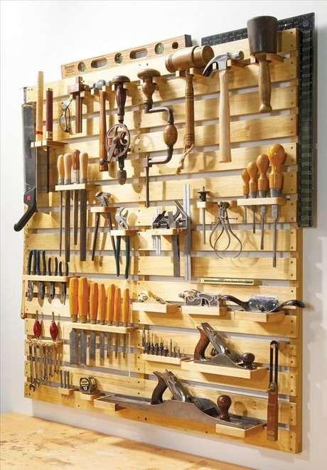 Tem muitas ferramentas? Uma ideia é utilizar pallets na parede para organizá-las
