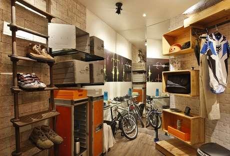 Caixotes se transformaram em nichos no projeto das arquitetas May Lee Chaves e Ssolange Barciela, que resultou no Quarto de Vestir do Esportista, do Morar Mais Por Menos - Rio 2014