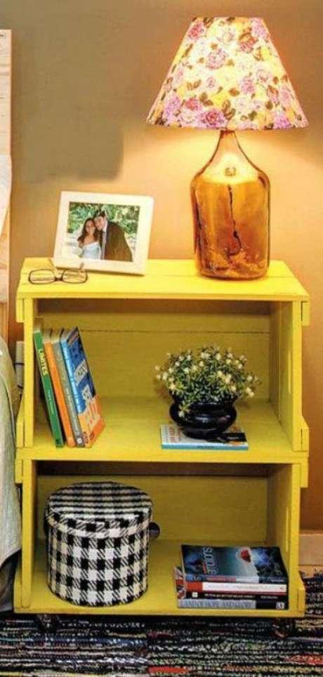 Para fazer o criado-mudo, precisa-se de dois caixotes pintados de amarelo