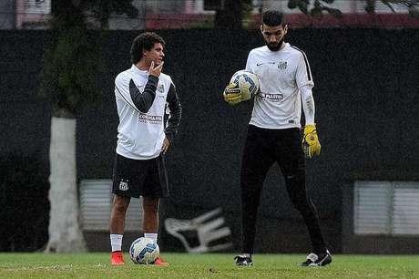 Victor Ferraz (à esq.) atuou em 40 dos 42 partidas do Santos, mas pode não permanecer