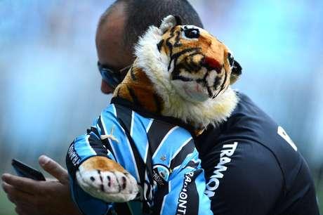 Torcedor do Grêmio usa tigre de pelúcia para ironizar eliminação do Inter para mexicanos