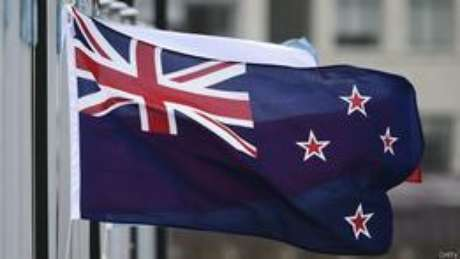 Premiê diz que bandeira atual carrega símbolo do passado colonial