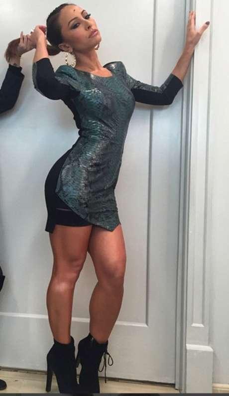 O vestido justo, com barra assimétrica, é tendência é ficou ótimo nela. Mas se alguém quiser copiar, esqueça a botinha, para não correr o risco de cortar a silhueta