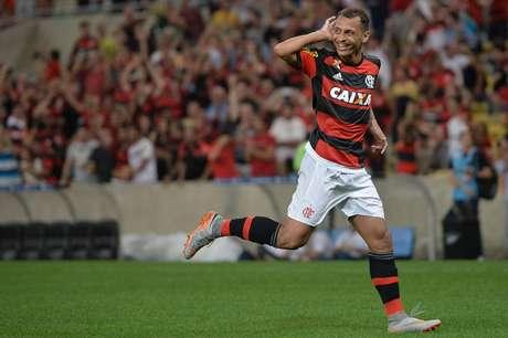 Alan Patrick continua no Flamengo por mais uma temporada