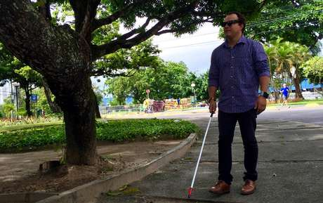 Equipado com GPS, o óculos  usa raios ultrassônicos para mapear o caminho em um ângulo de 120 graus e alertar para obstáculos