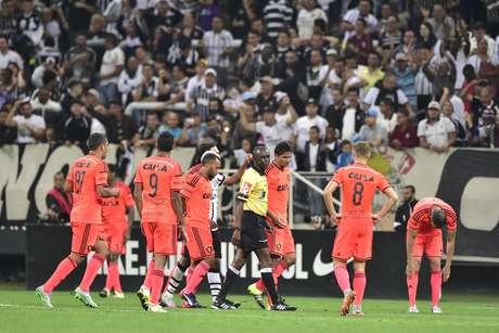 Jogadores do Sport reclamam de pênalti marcado para o Corinthians no fim do jogo