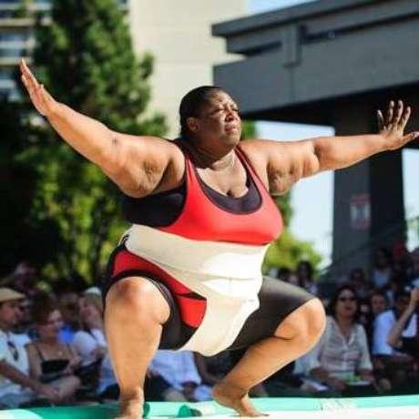 A lutadora de sumô Sharran Alexander consome 5 mil calorias por dia e pesa 171,5 kg