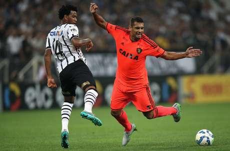 Gil disputa bola com Diego Souza