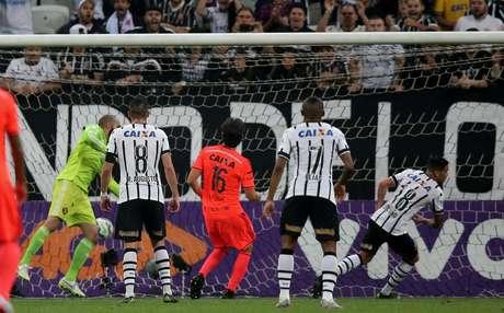 Luciano põe a bola na rede para marcar o segundo gol corintiano