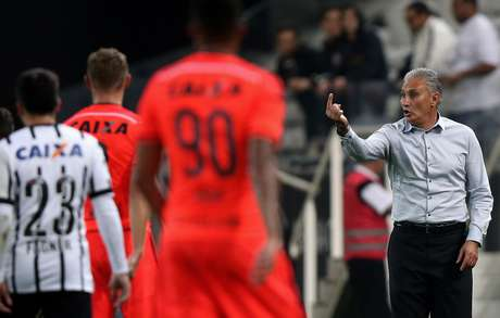 Tite orienta jogadores do Corinthians durante a partida
