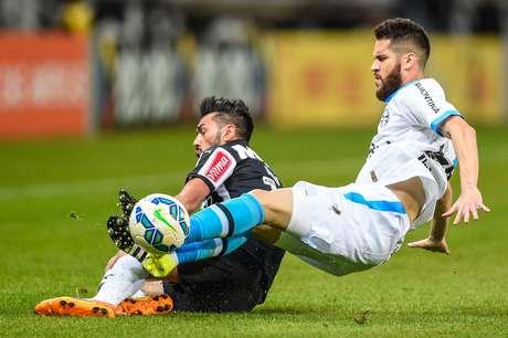 Marcelo Oliveira tenta desarmar argentino Dátolo