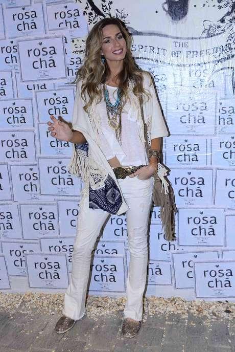 Mariana Weickert usa colete com franjas e acessórios da época, sobre base branca, o que evita com que pareça vestida para uma festa temática
