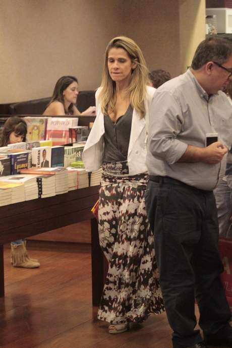 Saias longas com estampas manchadas estão entre as apostas da linha 'boho chic', como neste look de Ingrid Guimarães