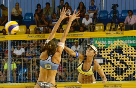 Maria Elisa ataca durante a disputa da semifinal