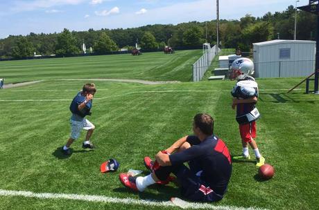 Tom Brady posta fotos dos dois filhos, Benjamin e John, neste domingo (16)