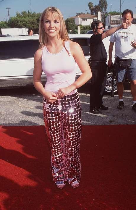 Com pose de tímida, a ainda garota Britney Spears, 17 anos na época, recebeu seu primeiro prêmio do Teen Choice. O look de 1999, com calça de maxipaetês e regata, era bem comportado