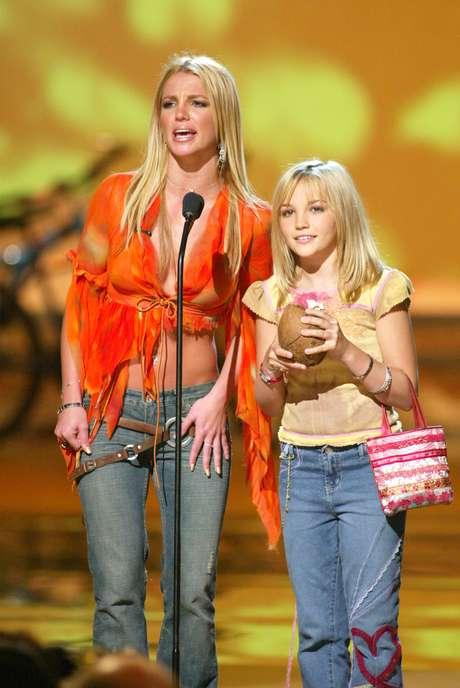 Em 2002, Britney recebe o prêmio ao lado de sua irmã, Jamie Lynn Spears, com jeans de cintura baixa e blusa com barra destroyed, fazendo jus ao título de rainha pop da época