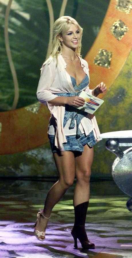Em 2001, a cantora vestiu look feito com tiras de jeans colocadas de forma assimétrica, top jeans e camisa leve. Na imagem, parece que está com bota em um dos pés, mas é apenas sombra