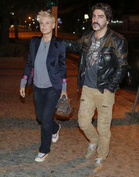 Depois da estreia, Xuxa foi jantar com a família, incluindo namorado Juno Andrade, também com jeans e blazer, completando com camiseta e tênis