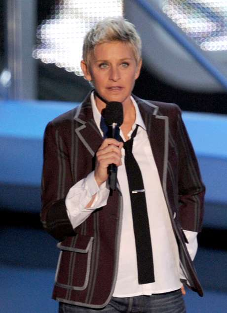 A apresentadora Ellen Degeneres, com paletó, camisa e jeans: estilo que pode ter servido de inspiração para Xuxa