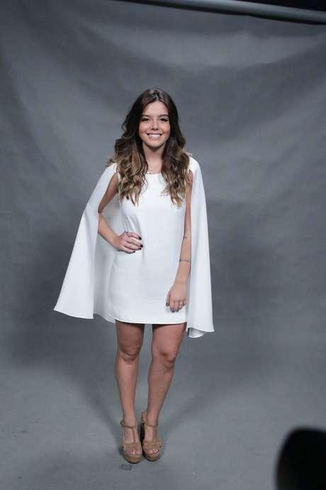 """Giovanna Lancellotti usa vestido com capa no lançamento de """"A Regra do Jogo"""""""