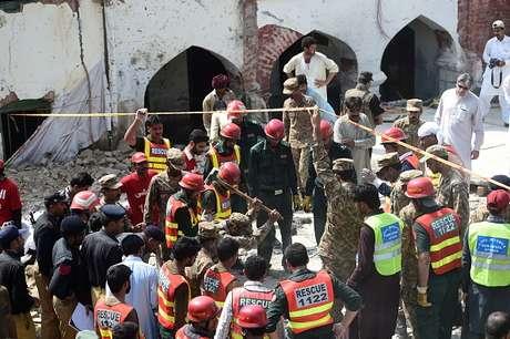 Cuerpos de rescate trabajan tras el tiroteo en Karachi.