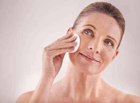 A esfoliação é uma das etapas essenciais para renovar a pele.