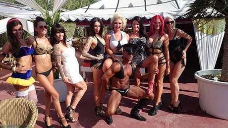 Louise em uma das festas organizadas em Ibiza