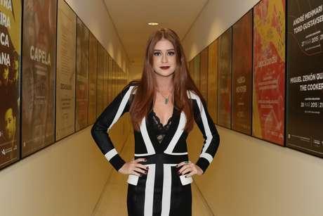 Vestido decotado é da Balmain e custa R$ 5,4 mil