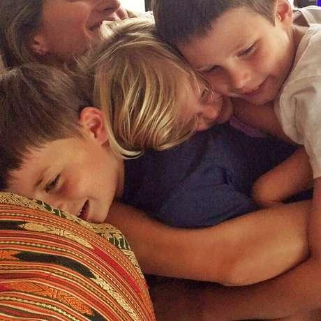 Gisele posta foto abraçada com os filhos e o enteado