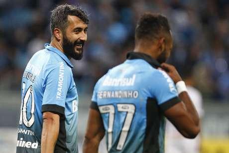 Autor de um dos gols gremistas, Douglas comemora ao lado de Fernandinho