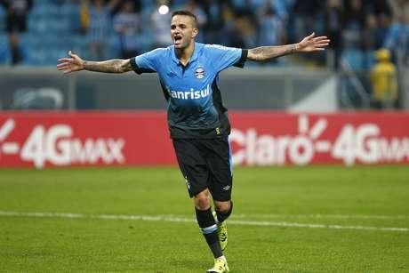 Luan fechou a conta para o Grêmio já no final da partida, batendo pênalti