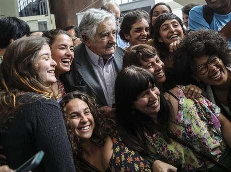 Mujica é aclamado por milhares de estudantes no Rio