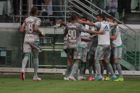 Com uniforme cinza, Palmeiras passa sufoco contra o Joinville, mas sai vitorioso